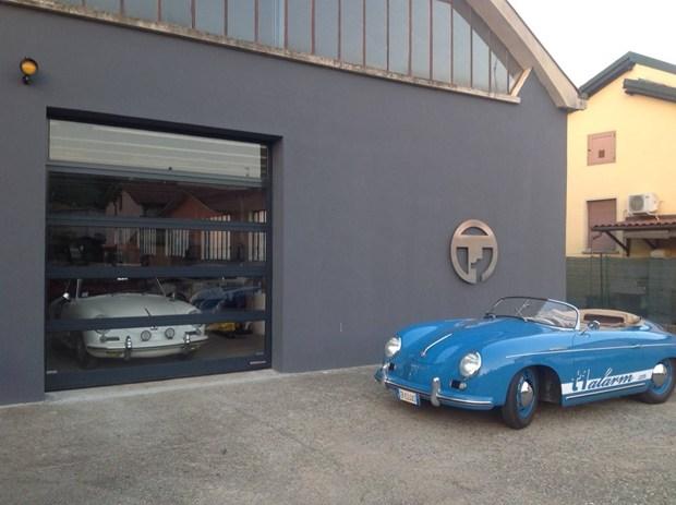 Un portone Hörmann completamente trasparente per ammirare le auto d'epoca