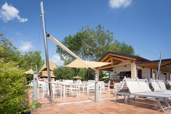 La vela KHEOPE di KE Outdoor Design all'hotel Casa dei Racconti di Ceggia (VE)