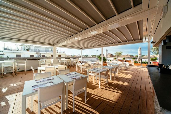 KE copre la terrazza bar dell\'Hotel Mercure Roma Centro Colosseo