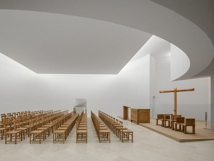 Alvaro Siza e il sacro: completata la chiesa minimalista in Francia