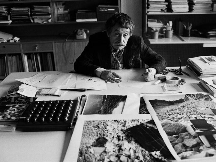 Ritratto di Ettore Sottsass jr nel suo studio, 1979. Photo Silvia Lelli/Lelli e Masotti Archivio