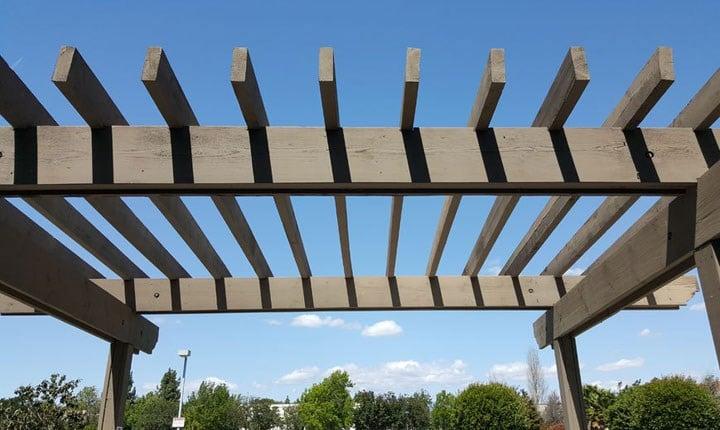 Pergolato con lamelle orientabili: è edilizia libera anche se ancorato al suolo