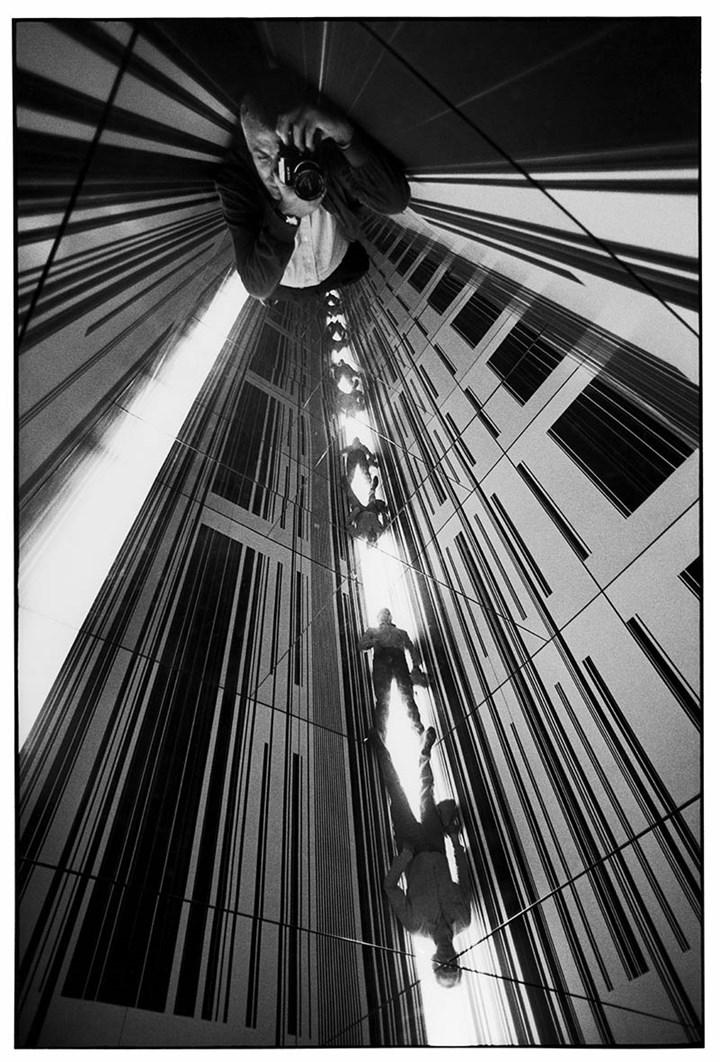 """Ugo Mulas all'interno di un ambiente di Luc Peire"", XXXIV Biennale Internazionale d'Arte, Venezia, 1968 - Fotografie Ugo Mulas ©Eredi Ugo Mulas"