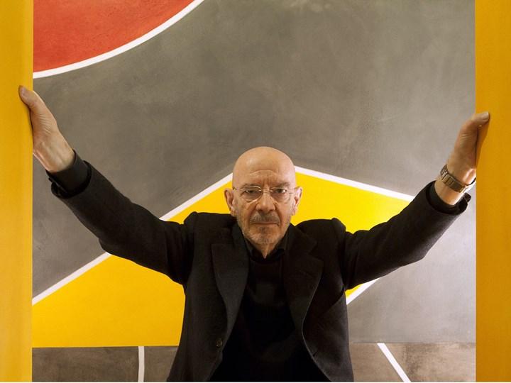 Mario Bellini sullo sfondo di una sua opera (artista David Tremlett, © Davide Pizzigoni)