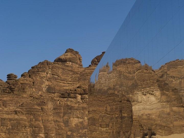 Un auditorium rivestito di specchi nel deserto dell'Arabia Saudita