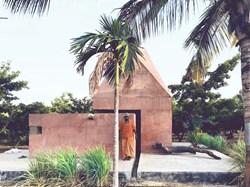 India. Una piccola architettura scultorea in cemento rosso