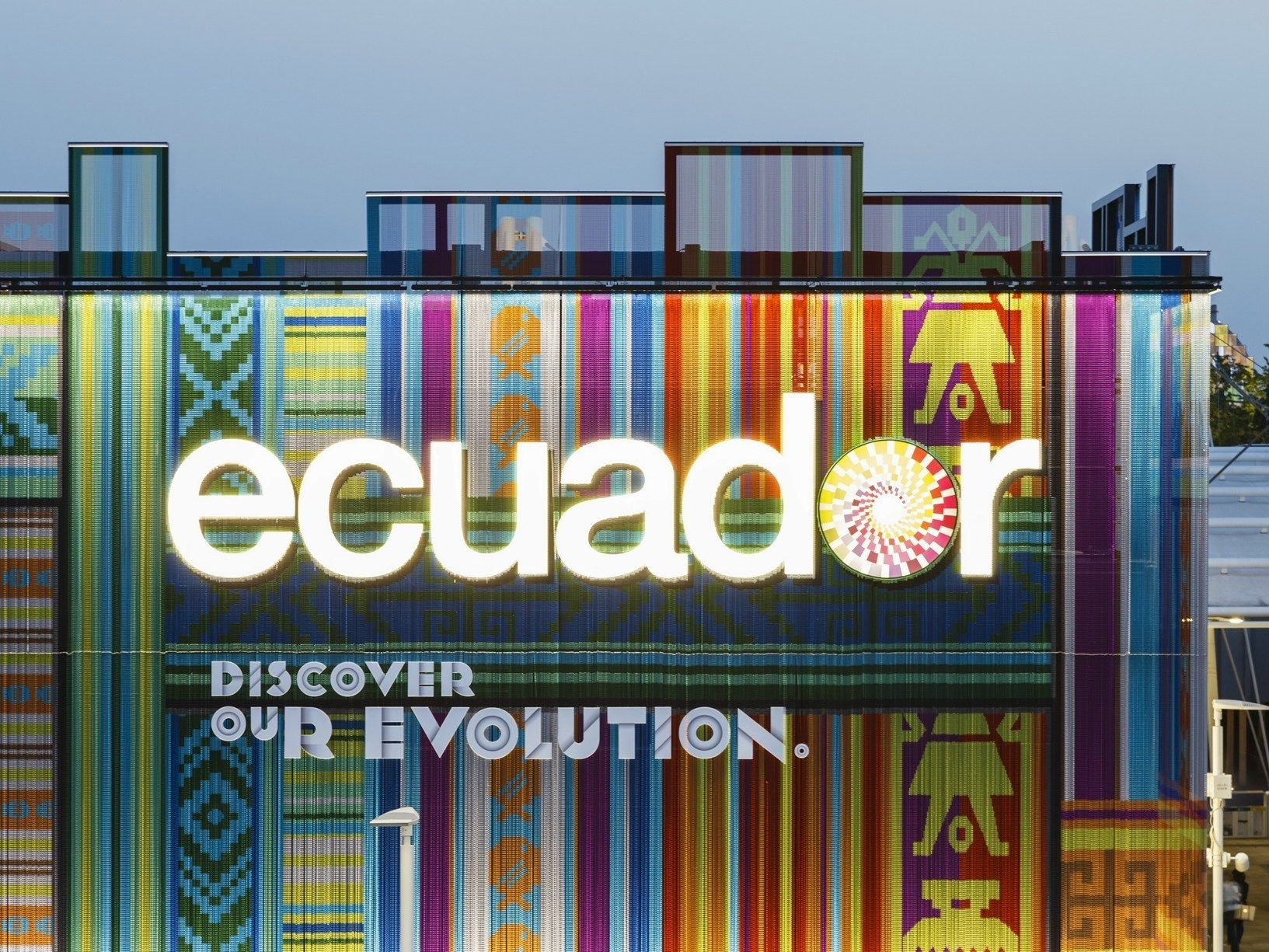 Aluminum Chain Curtains Inspired by the Ecuadorian Textile Tradition