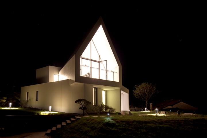 Una casa minimalista che interagisce con la natura