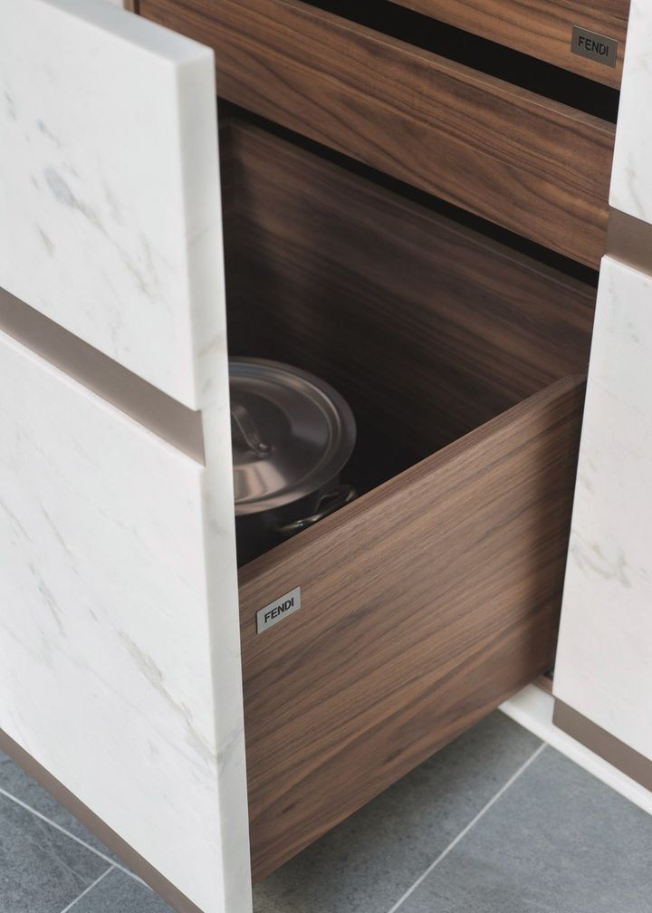 Marmo + metallo. La nuova cucina Fendi