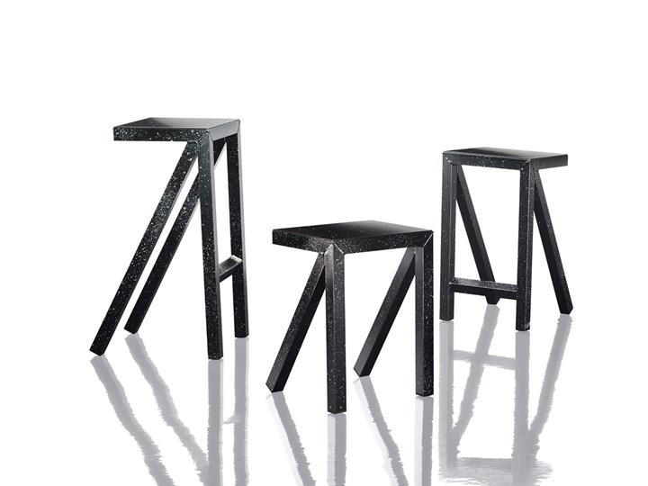 Una linea grafica ed essenziale disegna tavoli, sgabelli alti e bassi