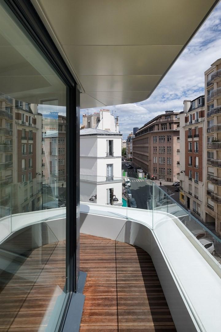 Un edificio in Corian® tra le tipiche architetture parigine