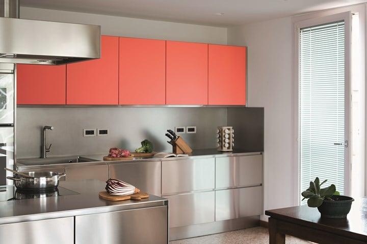 La cucina in Living Coral