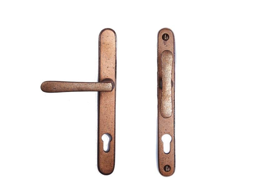 Bronze door handle on back plate with lock PVZTPHTL | Door handle with lock by Dauby