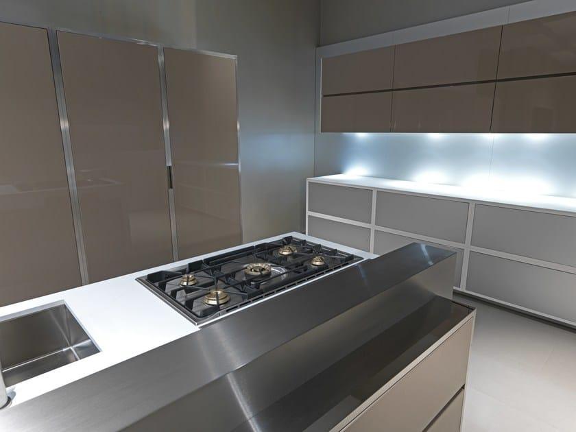 Cucina con isola laccato color tortora lucido by strato cucine - Cucina color tortora ...