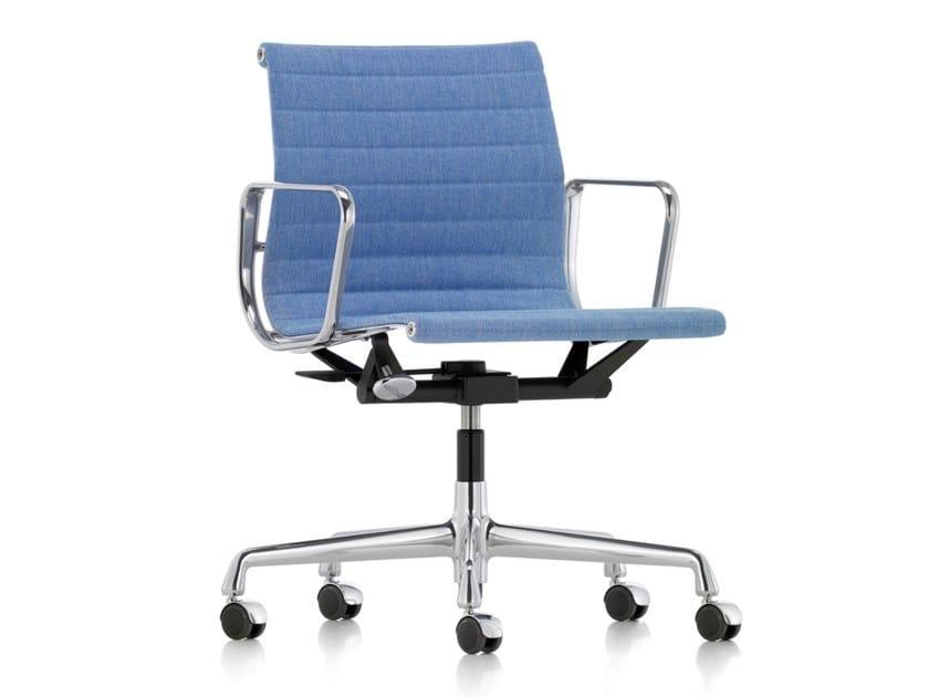 Cadeira operativa giratória de tecido com braços ALUMINIUM CHAIR EA 118 by Vitra
