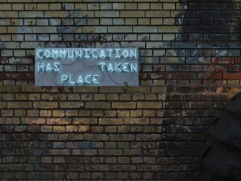 Lettera luminosa da parete al neon COMMUNICATION by sygns