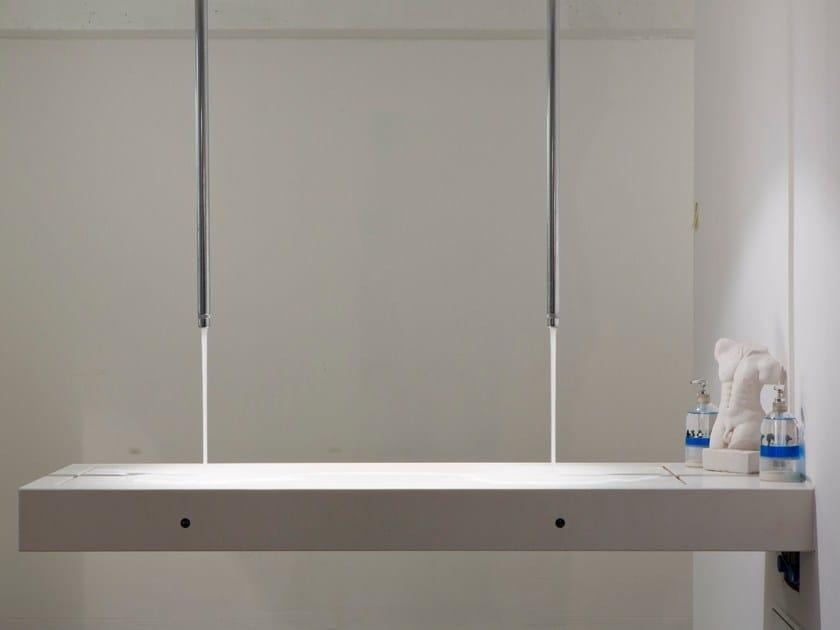 Piano lavabo doppio in Corian® Piano lavabo doppio by baqua