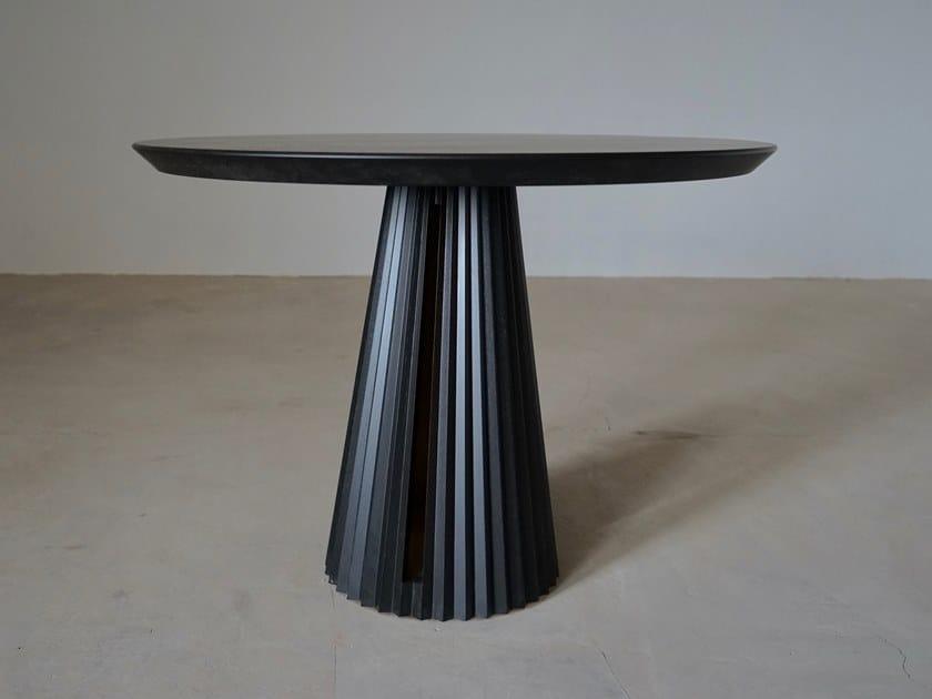 Round oak table ELEGANCE by KYOHEI & MIRANDA