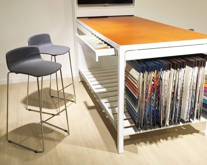 Sgabello alto in plastica in stile moderno a slitta con poggiapiedi