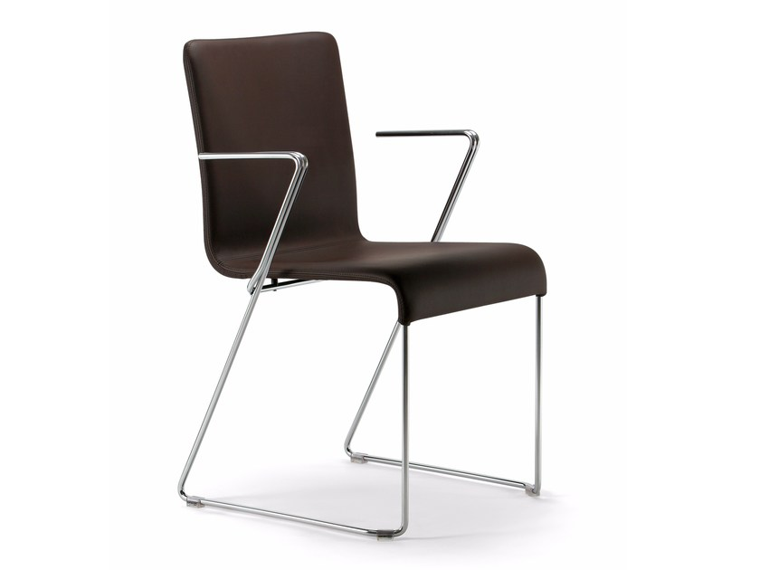 Sedia a slitta impilabile con braccioli EVA | Sedia con braccioli by Varaschin