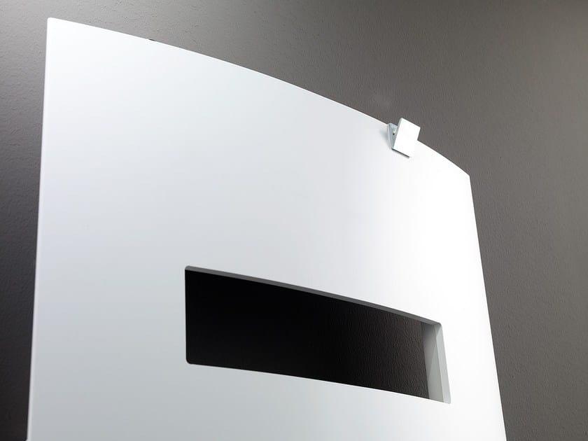 Dettaglio con aggiunta di porta asciugamano in alluminio lucidato