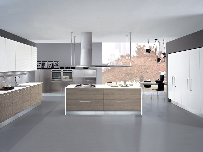 Lacquered fitted kitchen with island FORMA | Kitchen by Oikos Cucine