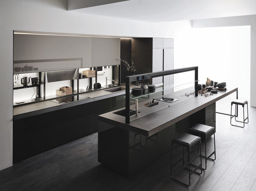 Küche aus Glas im modernen Stil mit Kücheninsel ohne Griffe ...