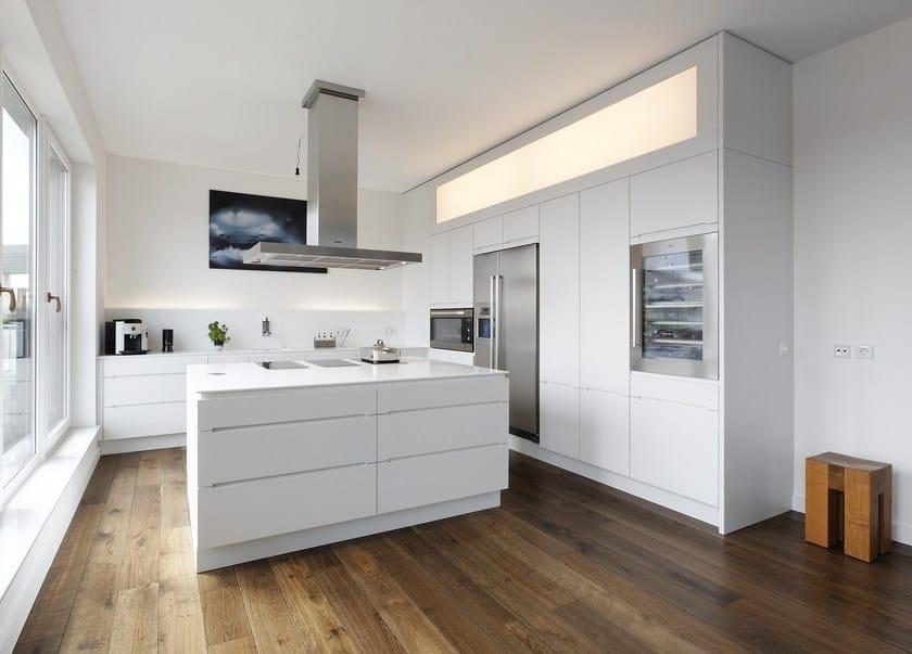 HI-MACS® per top cucina Lineare,  Plan W GmbH, Ulrich Weinkath. HI-MACS® Klöpfer Surfaces: HI-MACS® Alpine White. Photo: © Heinrich Hermes
