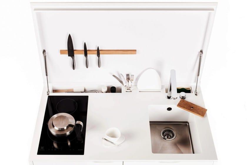 HI-MACS® per top cucina Maminicuisine - Design: Charlotte Raynaud, Design & Espaces / Felix Hegenbart SARL, Distribution: maminicuisine®. HI-MACS®: Cima e Alpine White. Photo: © Denis Dalmasso