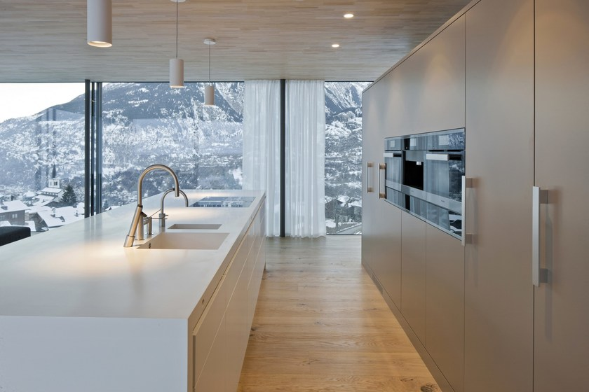 HI-MACS® per top cucina Casa Minergie  Termen - Svizzera, Arch.: Matthias Werlen Architektur ag. Zeiter + Berchtold ag. HI-MACS® Alpine White e Babylon beige. Photo: © Thomas Andenmatten