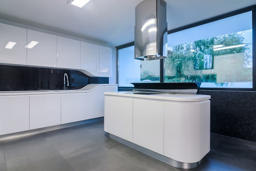 HI-MACS® per top cucina Sinus, Design: Atvangarde - HI-MACS® Alpine White, Black - Photo: © Atvangarde