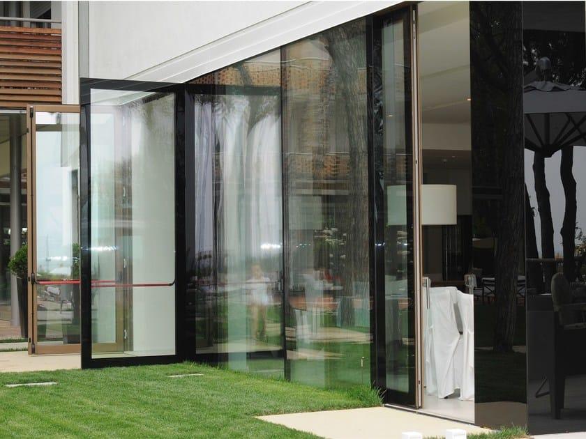 Outside all-glass window I AM OUTSIDE by PIAVEVETRO