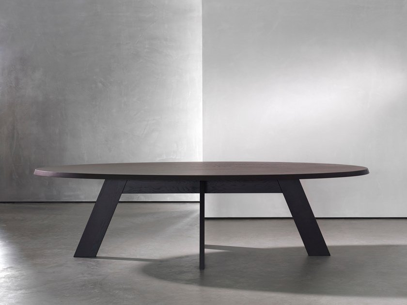 Oval wooden dining table IDS | Oval table by Piet Boon
