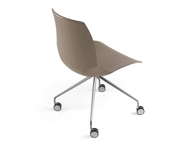 Trestle-based tanned leather chair with castors KALEIDOS | Chair with castors by Caimi Brevetti