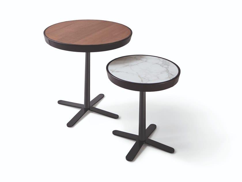 Tavolino rotondo con piano in legno o marmo e base a 4 razze KEW by Molteni & C.