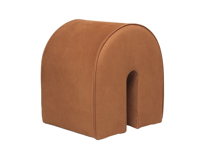 Pouf imbottito in pelle in stile moderno KRISTINA DAM - CURVED POUF COGNAC by Archiproducts.com