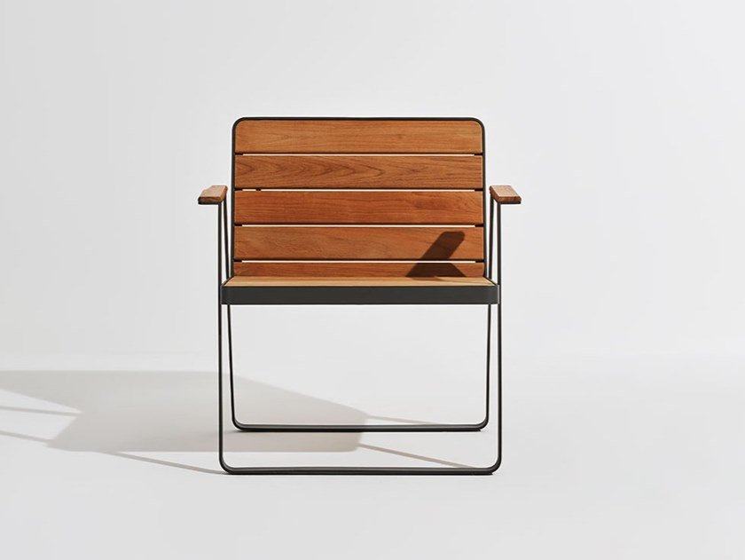 Garden teak easy chair with armrests MAKEMAKE   Teak easy chair by Terraforma
