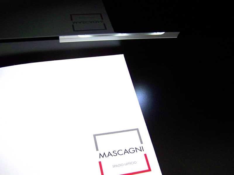 MAST Libreria ufficio - Particolare cassetto inferiore del mobile di servizio che sorregge il piano di lavoro è corredato di una luce a LED sensibile al movimento, autoalimentata, che si accende.