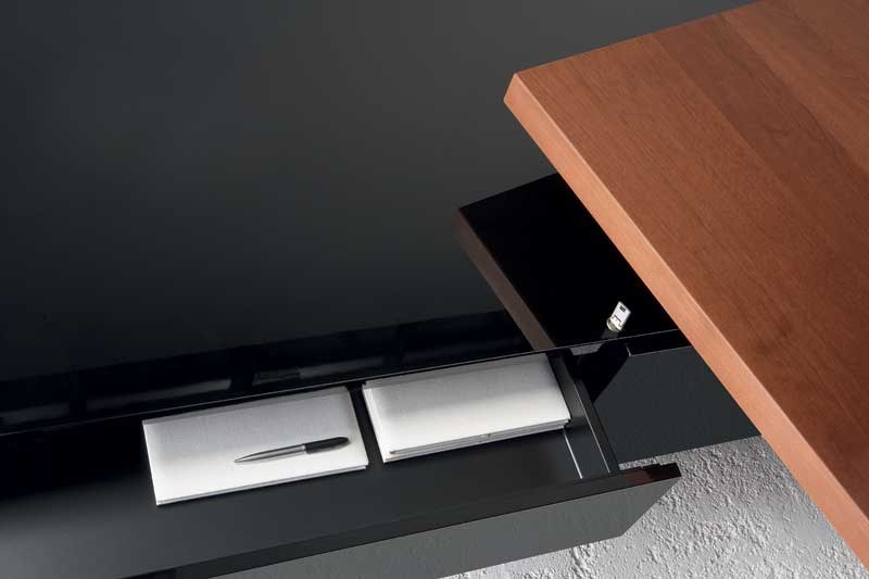 MAST Libreria ufficio - Particolare serratura a cilindro con doppia chiave ha un'impugnatura lussuosa, verniciata e in pressofusione di alluminio. I cassetti sono muniti di estrazione a scorrimento