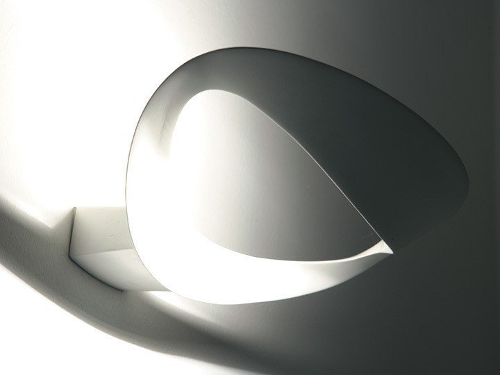 Indirect light die cast aluminium wall lamp MESMERI by Artemide