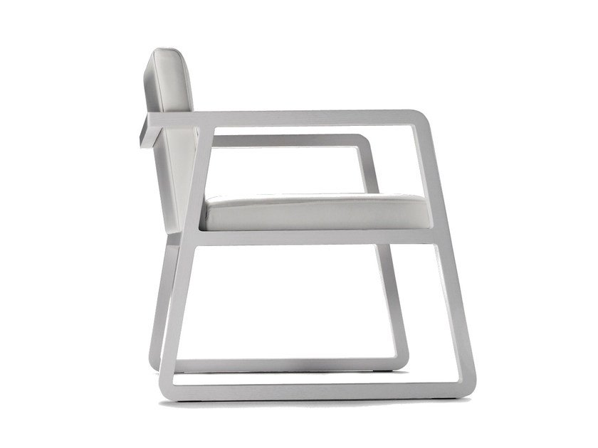 Sled base easy chair with armrests MIDORI | Easy chair by Sancal