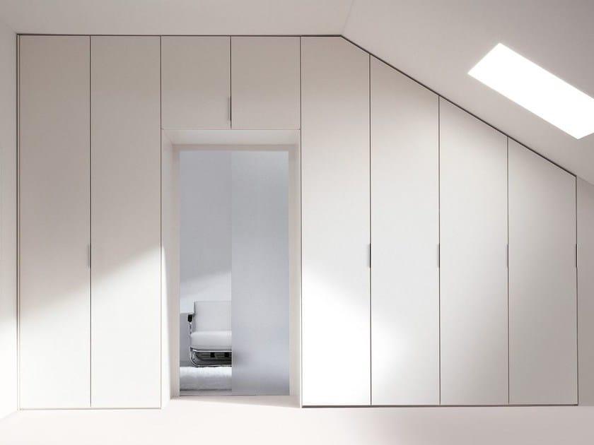 Armadio Milano apertura battente, anta in finitura laccato opaco. Le ante possono essere dimensionate in altezza e larghezza per consentire differenti soluzioni di arredamento.