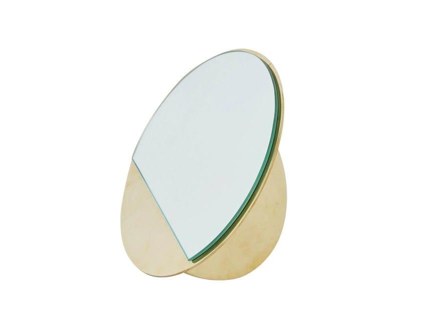 Specchio da appoggio rotondo MIRROR SCULPTURE by Kristina Dam Studio