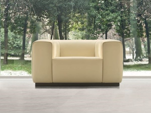 Leather armchair with armrests MOMA | Armchair by Mascheroni