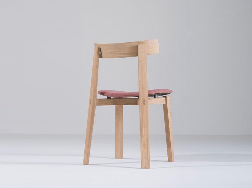Sedia imbottita in tessuto con schienale aperto NORA | Sedia in tessuto by Gazzda
