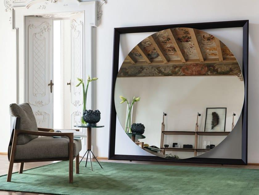 Freestanding round mirror with wooden frame ODINO | Round mirror by Porada