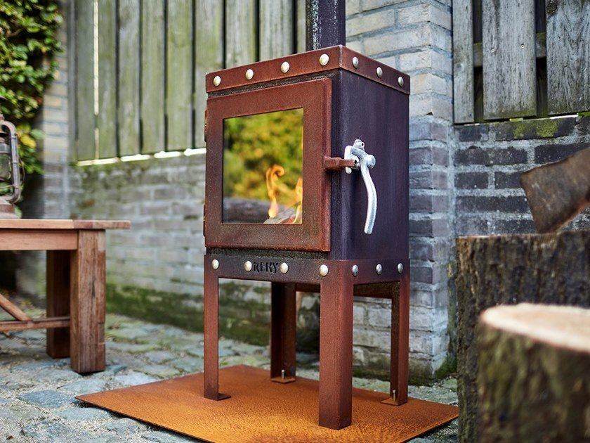 Wood-burning closed freestanding Corten™ fireplace PIQUIA by RB73
