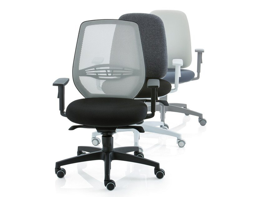 Mesh task chair with 5-Spoke base with armrests POST 30 | Task chair with armrests by Luxy
