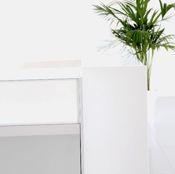 RECEPTION Banco reception per ufficio - Particolare bancone con alzatina in vetro, frontale in nobilitato o legno