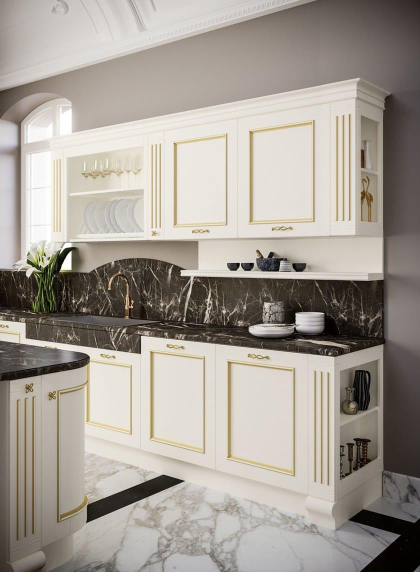 Lackierte Küche aus Holz im klassischen Stil mit Kücheninsel mit ...